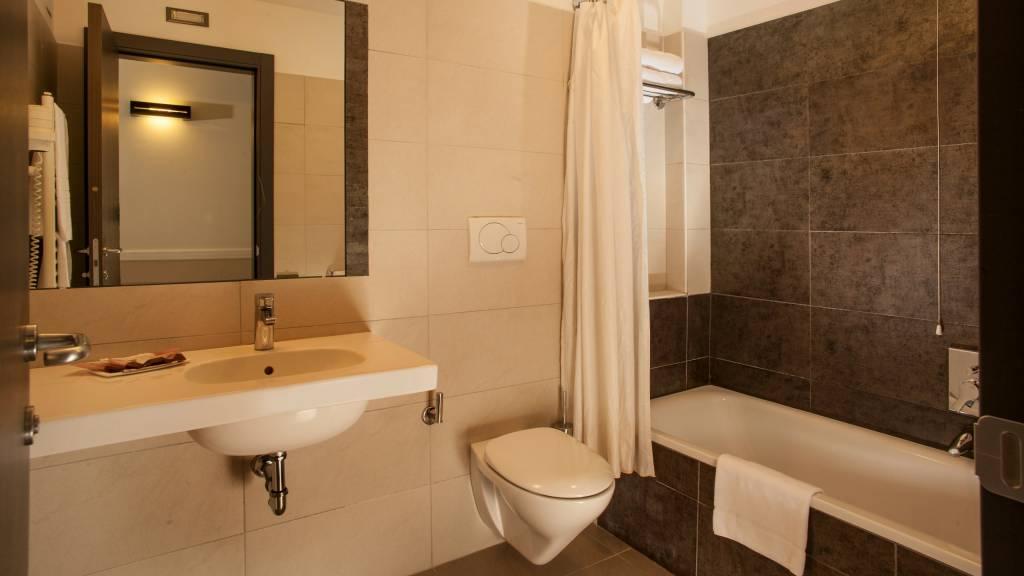 hotel-artis-rome-bathroom-04