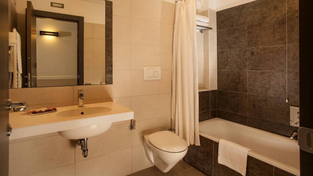 hotel-artis-rome-bathroom-04