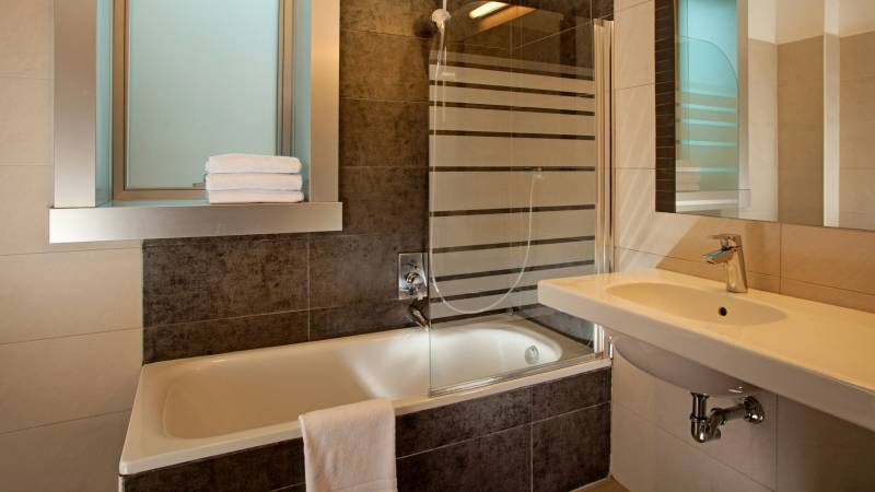 hotel-artis-rome-bathroom-01